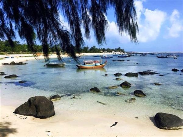 """Hàng loạt các bãi tắm như Bãi Nhỏ - Gành Hang, Hòn Tranh, vịnh Triều Dương, mũi Mộ Thầy… với làn nước trong vắt thấy rõ lớp cát trắng mịn chẳng khác gì Hawaii. Bãi cát vàng trải dài hoàn toàn sạch sẽ, vắng vẻ mang lại cảm giác yên tĩnh, những dãy san hô đủ màu sắc dưới đáy biển, các sinh vật biển như cua, ghẹ, ốc… sống chen chúc trong gộp đá rải rác ven bờ… sẽ """"tiêu tốn"""" của bạn cả ngày lang thang ngoài biển không muốn về.(Ảnh: Internet)"""