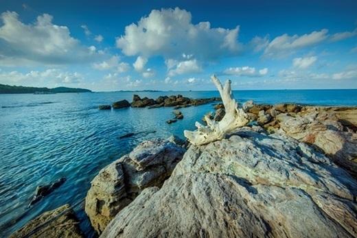 Thời điểm vàng để du lịch Phú Quốc là từ tháng 10 đến tháng 5 năm sau vì đây là lúc nước biển xanh nhất và nắng đẹp nhất trong năm. Tuy nhiên, bạn cũng có thể thăm đảo vào những thời điểm khác vì thời tiết, khí hậu ở Phú Quốc khá ổn định.Điểm mặt đặt tên một số bãi biển đẹp ở Mũi Ông Đội, không thể thiếu những cái tên như Dương Đông, bãi Vườn Dừa (Dương Tơ), bãi Dương Xanh...(Ảnh: Internet)