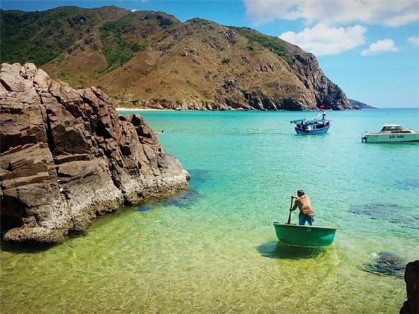 Biển ở Eo Gió có màu xanh thẫm, sóng vỗ rì rào luồn lách vào các bãi đá tự nhiên cùng nhiều rạn san hô, vì thế đừng quên thử trải nghiệm cảm giác lặn biển ngắm san hô nhé.(Ảnh: Internet)