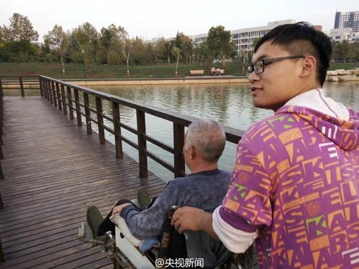 Dù vừa học vừa chăm sóc cha nhưng Zhao Delongvẫn rất vui vẻ.(Ảnh: shanghaiist)