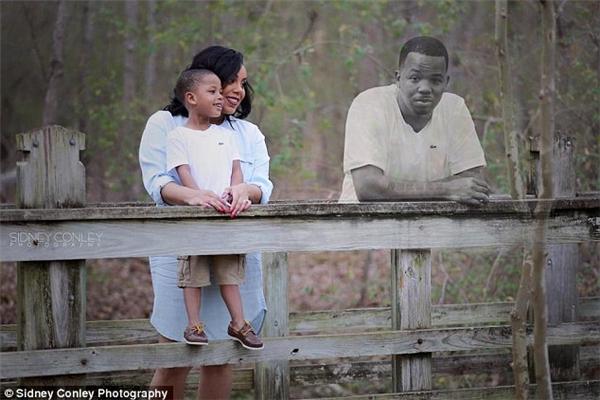 Người vợ quyết chụp ảnh gia đình cùng người chồng đã mất
