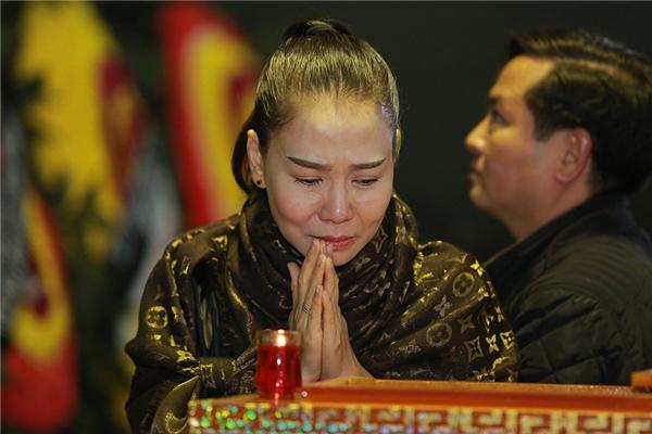 Tiến vào khu vực viếng nhạc sĩ Lương Minh, Thu Minh không kiềm được nước mắt. Nữ ca sĩ liên tục nức nở. - Tin sao Viet - Tin tuc sao Viet - Scandal sao Viet - Tin tuc cua Sao - Tin cua Sao