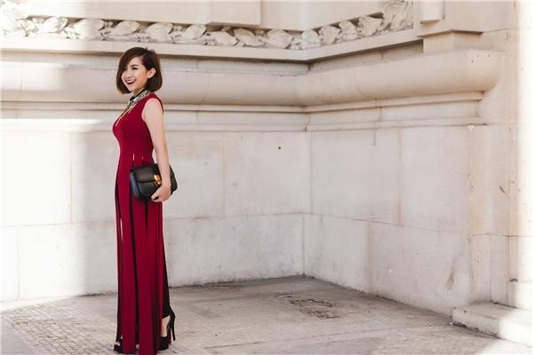 Đến tham sự show thời trang của nhà thiết kế Martin Margela tại Grand Palais, Trâm Nguyễn khéo léo phối chiếc áo dạng váy tua rua của Lê Thanh Hoà cùng quần skinny, túi xách Celine.