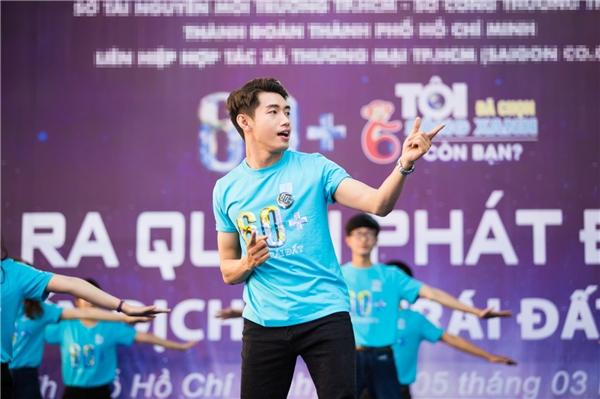 Mở đầu buổi lễ, Quang Đăng cùng các bạn sinh viên nhảy flashmob trên nền nhạc ca khúc Việt Nam ơi. - Tin sao Viet - Tin tuc sao Viet - Scandal sao Viet - Tin tuc cua Sao - Tin cua Sao