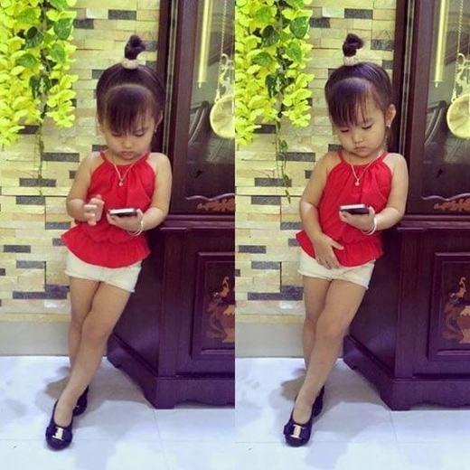 Nhiều người cho rằng, phong cách ăn mặc của bé gái không phù hợp với độ tuổi
