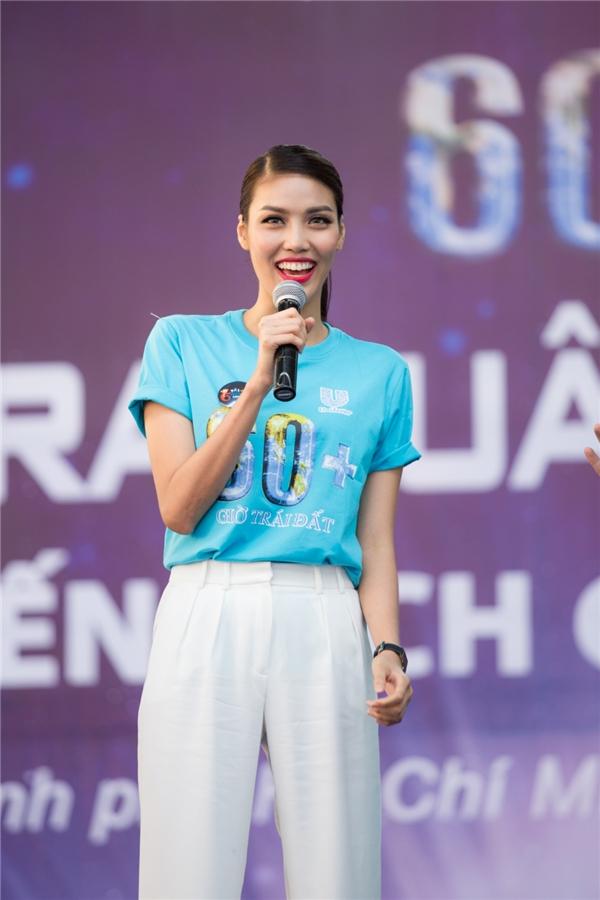 """Lan Khuê cũng không hề kém cạnh với những câu trả lời dí dỏm, đáng yêu. Cô cho biết, các hoạt động cộng đồng, thiện nguyện luôn là mục tiêu, là hành trình mà cô sẽ tiếp tục chung tay trong thời gian tới. Đây cũng là một trong những hoạt động tiêu biểu nằm trong dự án """"Chung tay cùng Khuê"""" được top 11 Hoa hậu Thế giới 2015 khởi xướng từ năm trước. - Tin sao Viet - Tin tuc sao Viet - Scandal sao Viet - Tin tuc cua Sao - Tin cua Sao"""