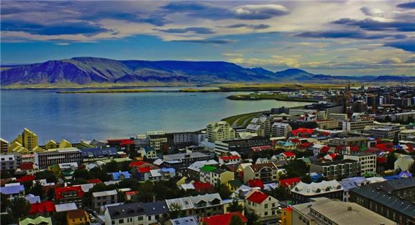 Thành phố Reykjaviktrông như một bảng màu rực rỡ.(Ảnh: Internet)