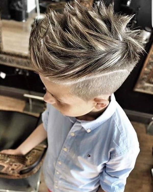 """Tuy chưa nhìn rõ mặt nhưng với kiểu tóc vuốt dựng đứng cầu kì này, ắt hẳn cậu nhóc này cũng là một """"tay chơi"""" tiềm năng trong tương lai đây. (Ảnh: 9GAG)"""