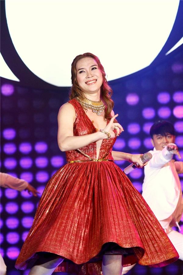Diện chiếc đầm đỏ nổi bật, nữ ca sĩkhéo léo khoe vòng một đầy gợi cảm. - Tin sao Viet - Tin tuc sao Viet - Scandal sao Viet - Tin tuc cua Sao - Tin cua Sao