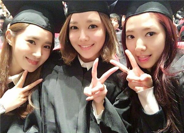 Cả ba mĩ nhân thân thiết tại lễ tốt nghiệp