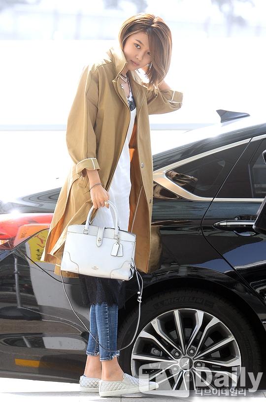 Thích thú Park Shin Hye và Sooyoung ôm nhau thắm thiết tại sân bay