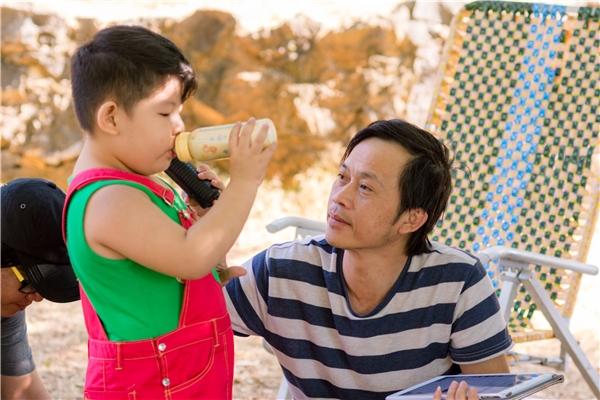 Ngoài sự quan tâm lo lắng của các bà mẹ, còn có sự chăm sóc của một bảo mẫu đặc biệt rất được các bé yêu mến, chính là danh hài Hoài Linh.