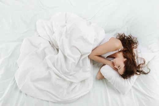 Nằm nghiêng bên trái làm giảm đau lưng, giúp ngủ ngon.(Ảnh: Internet)