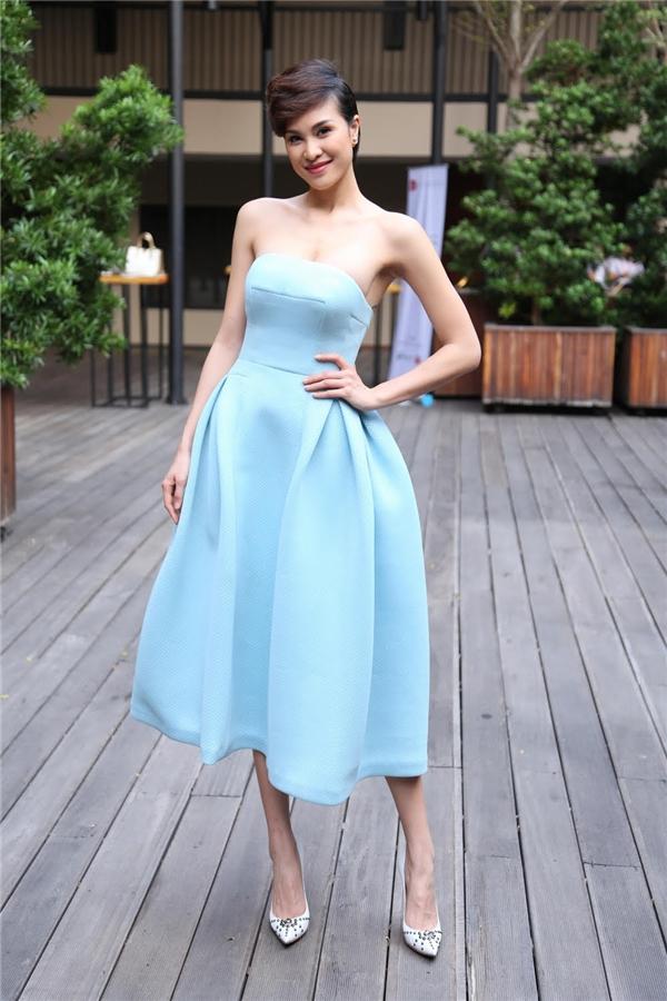 Bộ váy của Phương Mai sử dụng phom váy xòe cúp ngực cổ điển nhưng trở nên mới lạ hơn bởi những đường cắt, gấp nếp tinh tế, hiện đại.