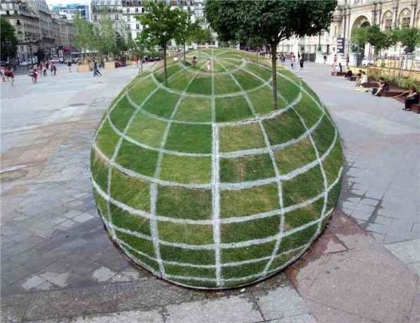 Tranh 3D hình quả cầu cỏ khổng lồ bên ngoài Tòa thị chính Paris. (Ảnh: Reddit)