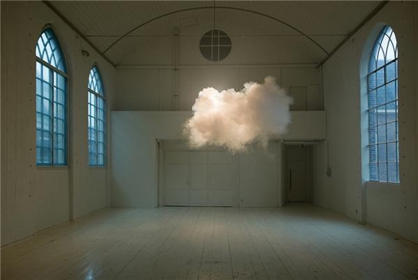 Thật ra đây là đạo cụ hình đám mây để chụp hình. (Ảnh: Internet)