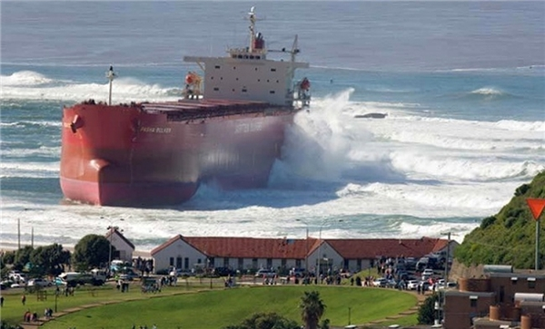 Chiếc tàu tiến gần vào làng. (Ảnh: Andy-roo)