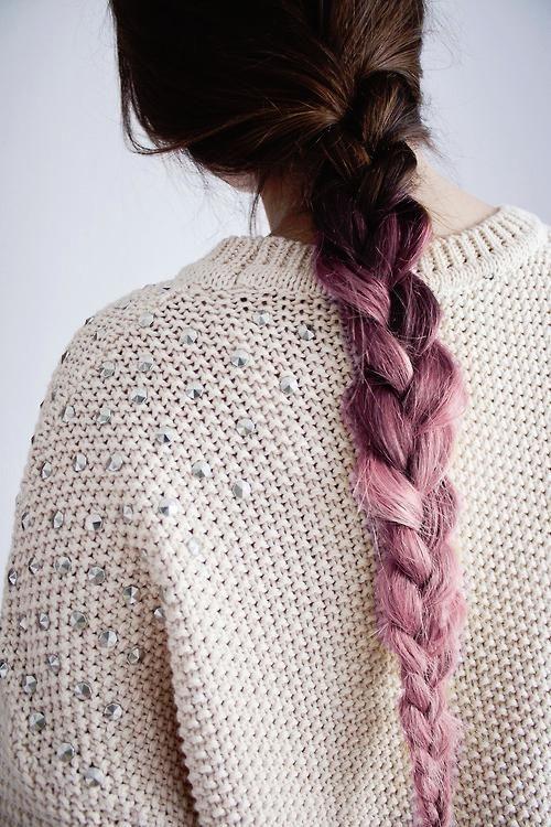 Cô gái nhuộm ombre nâu và hồng khi tết tóc. (Ảnh: Internet)