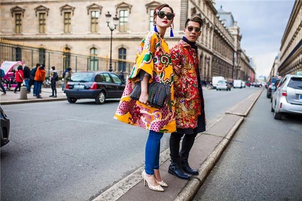 Stylist Travis Nguyễn và fashionista Thythu Phương Nguyễn cũng vinh dự xuất hiện trên kinh thánh thời trang thế giới. Cả hai diện trang phục với màu sắc nổi bật được thực hiện trên nền chất liệu gấm có nhiều họa tiết đậm chất cung đình.