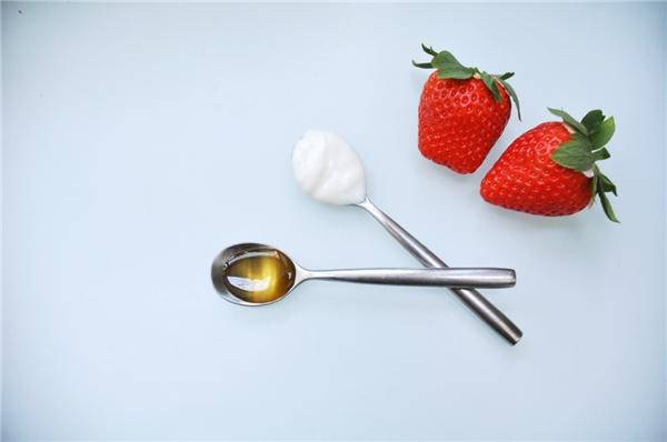 Hỗn hợp dâu tây, sữa chua, mật ong dưỡng tóc hiệu quả. (Ảnh: Internet)