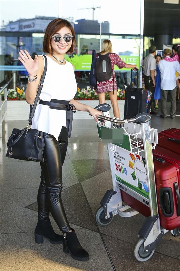 Tiêu Châu Như Quỳnh vẫy tay người thân, bạn bè và fan trước khi lên đường qua Mỹ lưu diễn. - Tin sao Viet - Tin tuc sao Viet - Scandal sao Viet - Tin tuc cua Sao - Tin cua Sao