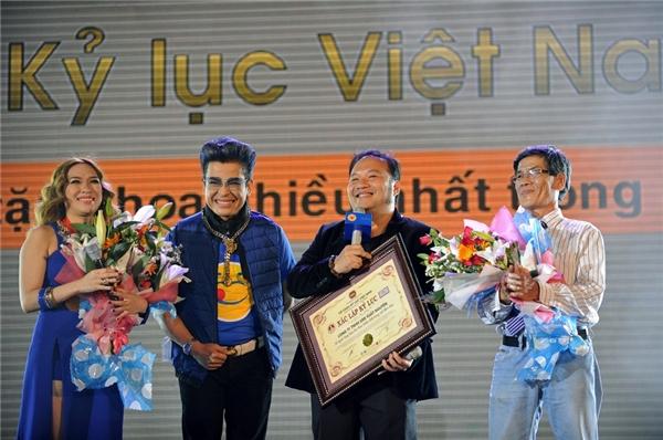 """Đặc biệt đêm diễn đã xác nhận kỉ lục """"Số người tặng hoa cho nhau nhiều nhất trong một đêm nhạc"""" do tổ chức Guiness Việt Nam ghi nhận. - Tin sao Viet - Tin tuc sao Viet - Scandal sao Viet - Tin tuc cua Sao - Tin cua Sao"""