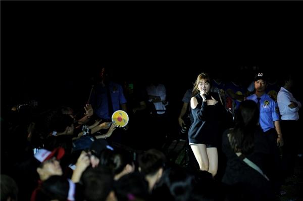 Nữ ca sĩ thậm chí còn chạy xuống cả hàng ghế bên dưới để hòa mình cùng mọi người. - Tin sao Viet - Tin tuc sao Viet - Scandal sao Viet - Tin tuc cua Sao - Tin cua Sao