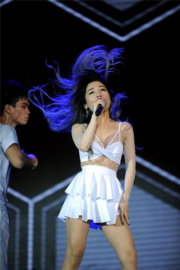Bên cạnh thể hiện các ca khúc cô nàng còn phô bày khả năng vũ đạo đáng nể. - Tin sao Viet - Tin tuc sao Viet - Scandal sao Viet - Tin tuc cua Sao - Tin cua Sao