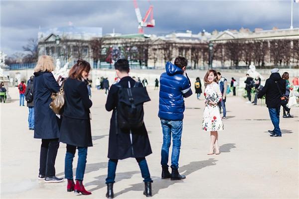 """Mới đây, cô nàng tiếp tục trở thành tâm điểm trên đường phố khi được các nhiếp ảnh gia """"bao vây""""."""