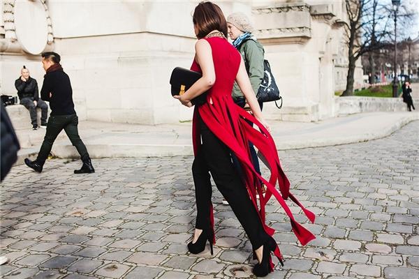 Trước đó, bộ cánh tua rua màu đỏ của cô nàng cũng đã lọt vào mắt xanh của biên tập viên tạp chí thời trang Marie Claire phiên bản Trung Quốc.