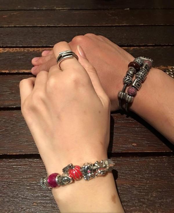 """Đôi vòng tay """"chất lừ"""" khiến các fan nữ ganh tị. (Ảnh: Internet) - Tin sao Viet - Tin tuc sao Viet - Scandal sao Viet - Tin tuc cua Sao - Tin cua Sao"""