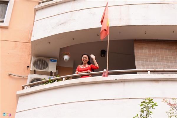 Lễ ăn hỏi của á hậu Trà My diễn ra vào sáng 9/3 tại Hà Nội. Người đẹp sinh năm 1992 rất tươi tắn, hồi hộp chờ đợi gia đình nhà trai đến. - Tin sao Viet - Tin tuc sao Viet - Scandal sao Viet - Tin tuc cua Sao - Tin cua Sao