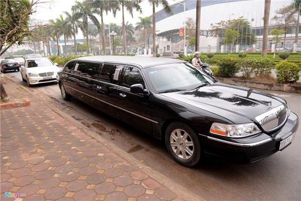 Xe limousine chở chú rể Lê Hoàn dẫn đầu đoàn ăn hỏi. - Tin sao Viet - Tin tuc sao Viet - Scandal sao Viet - Tin tuc cua Sao - Tin cua Sao