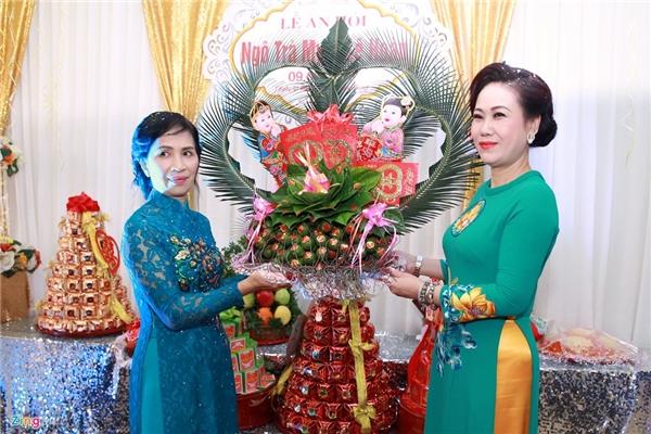 Mẹ chú rể và mẹ cô dâu đại diện hai bên gia đình trao lễ ăn hỏi. - Tin sao Viet - Tin tuc sao Viet - Scandal sao Viet - Tin tuc cua Sao - Tin cua Sao