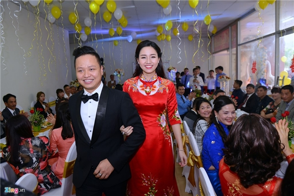Cô dâu - chú rể hạnh phúc bước vào hội trường trước những tràng pháo tay chúc phúc của hai họ. - Tin sao Viet - Tin tuc sao Viet - Scandal sao Viet - Tin tuc cua Sao - Tin cua Sao
