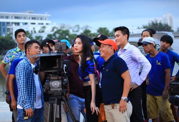 Sau một ngày làm việc, Công Vinh cùng bà xã và đoàn phim xem lại những cảnh quay của mình. - Tin sao Viet - Tin tuc sao Viet - Scandal sao Viet - Tin tuc cua Sao - Tin cua Sao