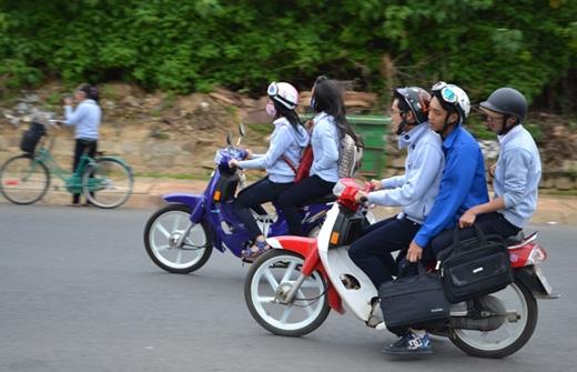 Theo luật mới, học sinh, sinh viên vi phạm giao thông ở Hà Nội có thể sẽ bị đình chỉ học. (Ảnh: Internet)