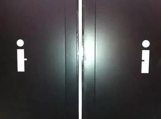 Chỉ hai hình ảnh tối giản trên cánh cửa thôi nhưng cũng đủ nói lên rất nhiều điều và khiến người khác chỉ biết đỏ mặt hoặc tủm tỉm cười. (Ảnh: Internet)