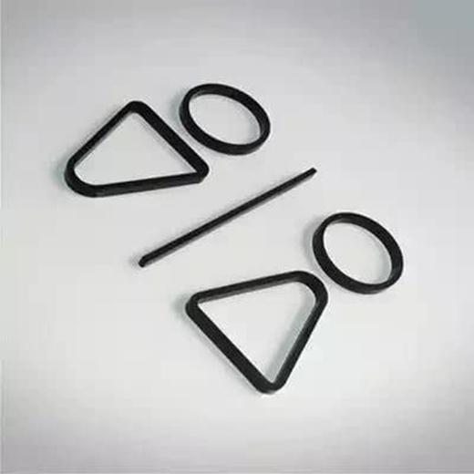 Dù là hai hình nhân tối giản nhưng điểm đặc biệt ở đây chính là việc lật ngược hình tam giác bên dưới hai hình tròn . (Ảnh: Internet)
