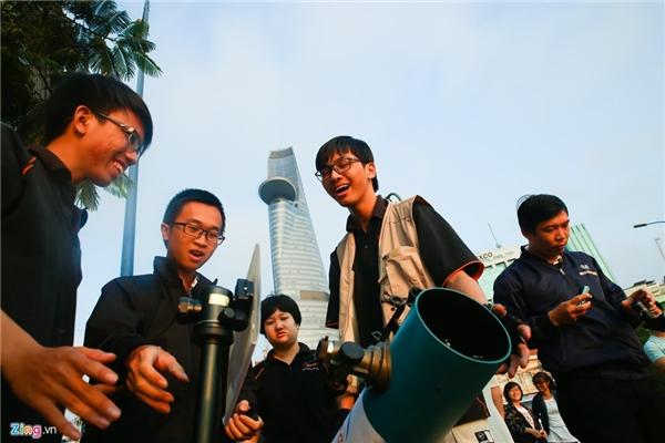 Sáng 9/3, diễn ra hiện tượng thiên văn kỳ thú diễn ra trên thế giới. Tại TP HCM, thời tiết thuận lợi cho việc quan sát. Nhiều bạn trẻ tập trung tại khu cầu Thủ Thiêm và bến Bạch Đằng (hướng chính đông), mang theo các thiết bị khoa học.