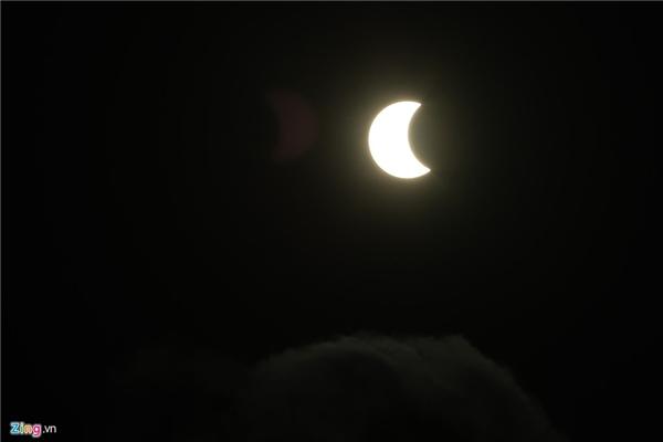 """Vào lúc 7h00 hiện tượng nhật thực một phần xuất hiện. Đến 7h10 mặt trăng bắt đầu dần """"liếm"""" mặt trời."""