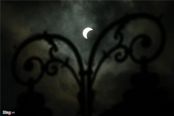 Nhật thực lúc 7h40 qua cột đèn cổ trên Bến Nhà Rồng.