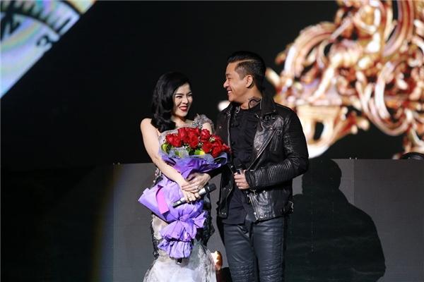 Nữ ca sĩ e ấp bên cạnh Tuấn Hưng trên sân khấu. - Tin sao Viet - Tin tuc sao Viet - Scandal sao Viet - Tin tuc cua Sao - Tin cua Sao