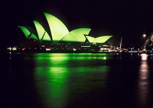 Nhà hát Con Sò (Úc) cũng khoác tấm áo xanh mừng lễ thánh Patrick. (Ảnh: Internet)