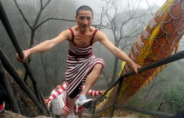 Chồng mặc váy, đi giày cao gót leo núi để vợ vui
