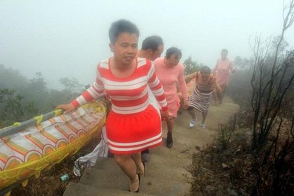 Các đức lang quân mặc váy phấp phới, đi giày cao trên suốt quãng đường 3km