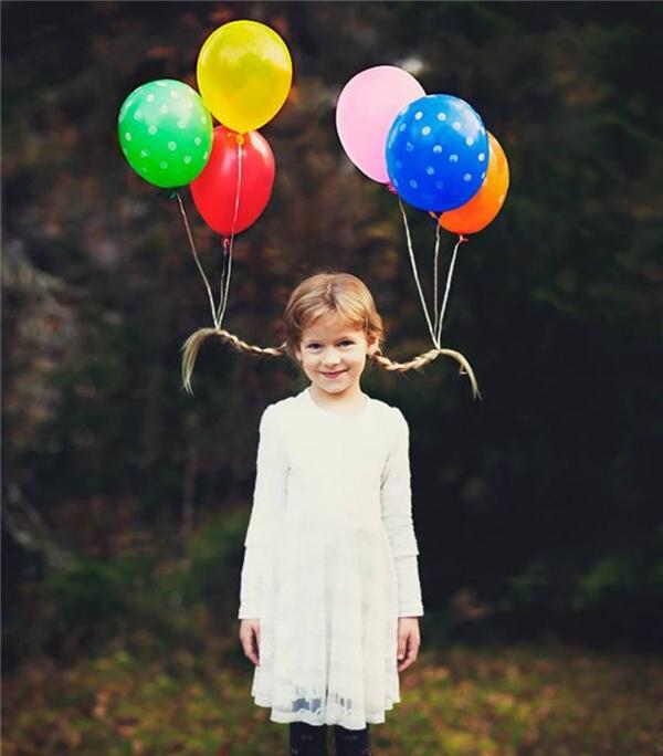 Với hai chùm bóng bay, cô bé này đã biến bím tóc của mình trở nên thật đặc biệt. (Ảnh: Internet)
