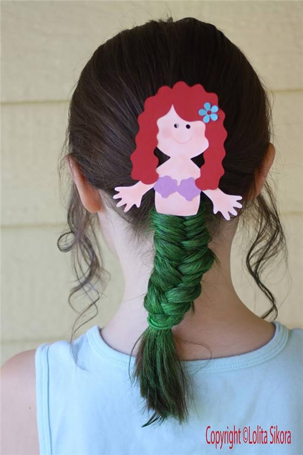 Nàng tiên cá dễ thương nằm gọn trên tóc. (Ảnh: Internet)