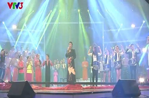 Hoài Linh khoe giọng... hát nhạc chế khiến khán giả