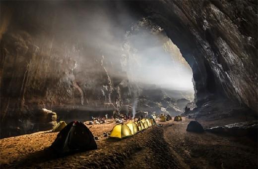 Các nhà thám hiểm cắm trại nghỉ ngơi sau nhiều ngày vượt những địa hình nguy hiểm.